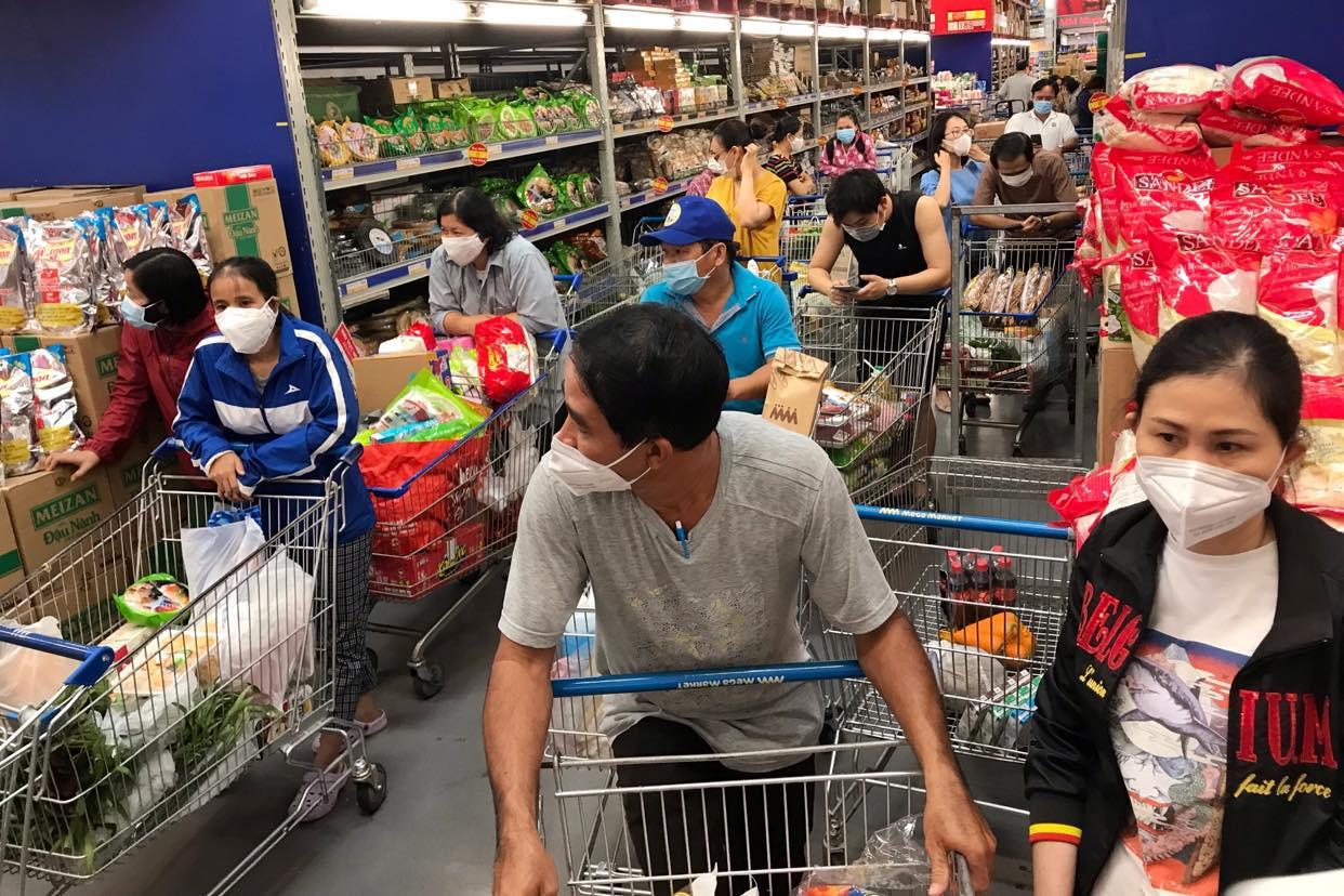 Hàng dài người xếp hàng chờ tính tiền ở siêu thị Mega Market (TP Thru Đức) sáng 7/7. Ảnh: Thành Nguyễn.