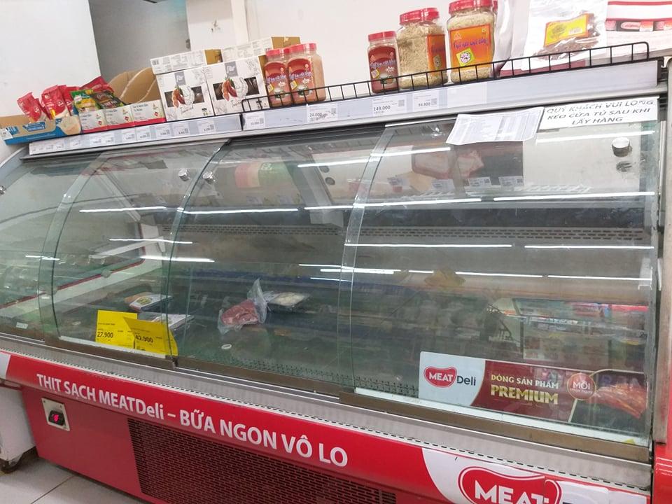 Kệ thịt tại Vinmart Phạm Văn Chiêu hết sạch đồ từ sáng sớm. Ảnh: Thi Hà.