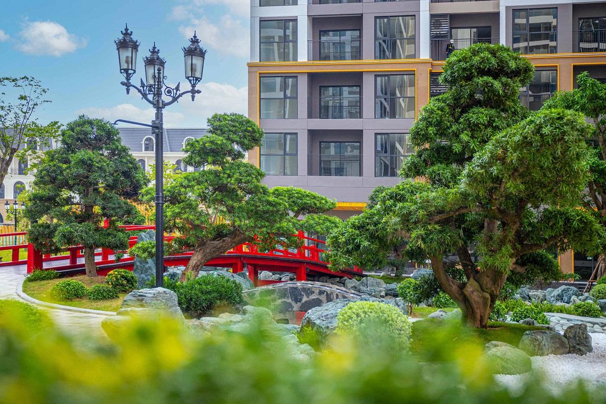 Cầu gỗ đỏ đặc trưng Vườn Nhật và những đồi Tùng La Hán được cắt tỉa tỉ mỉ, biểu trưng cho sự trường thọ. Ảnh: Vinhomes Ocean Park.