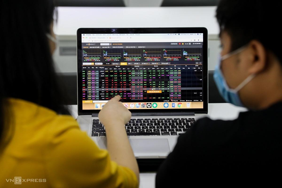 Nhà đầu tư giao dịch trên sàn một công ty chứng khoán tại Quận 1, TP HCM. Ảnh: Quỳnh Trần.