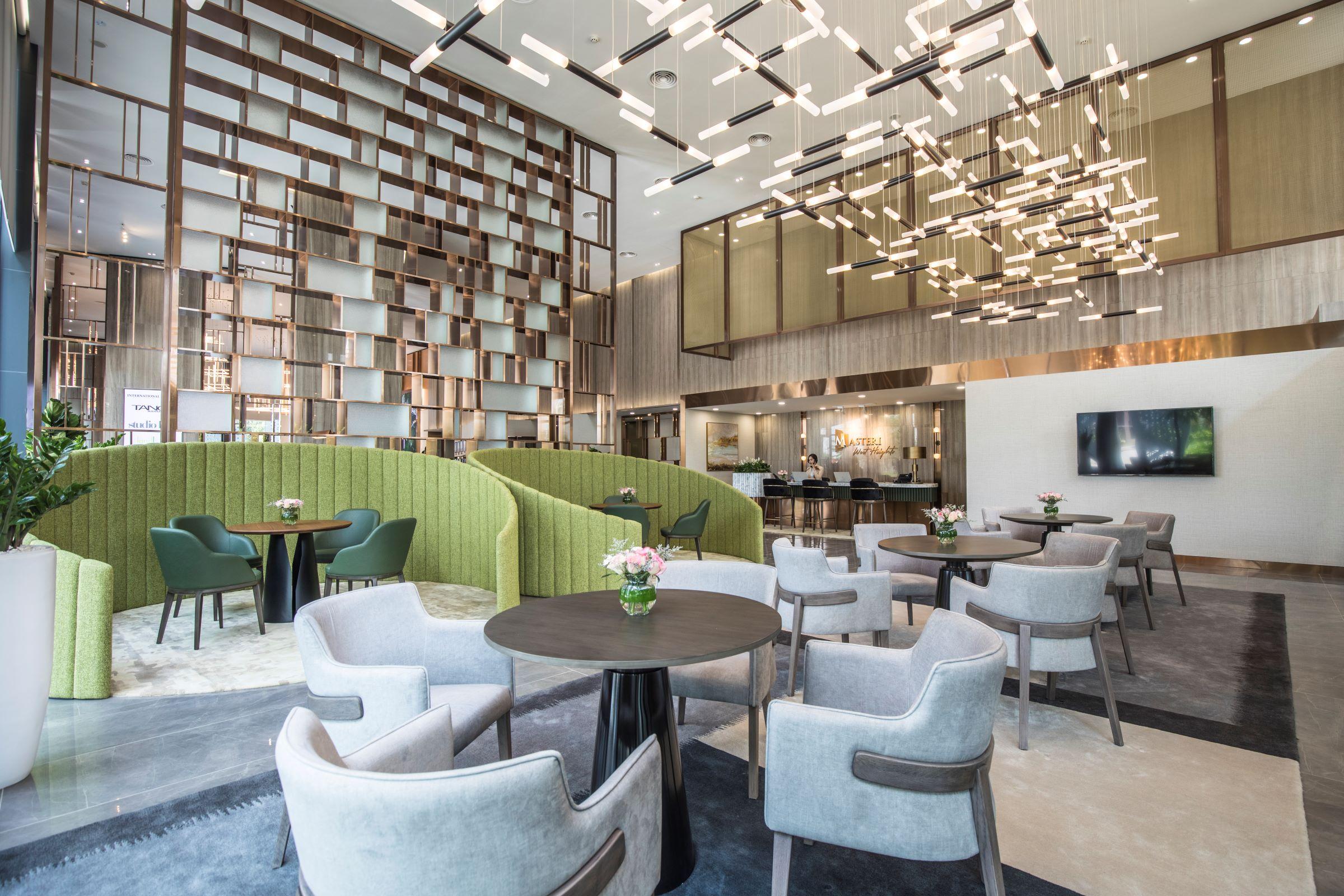 Khu vực tiếp khách được thiết kế mở, trang trọng, thích hợp cho những buổi gặp gỡ, tạo bầu không khí vừa sang trọng vừa ấm cúng.