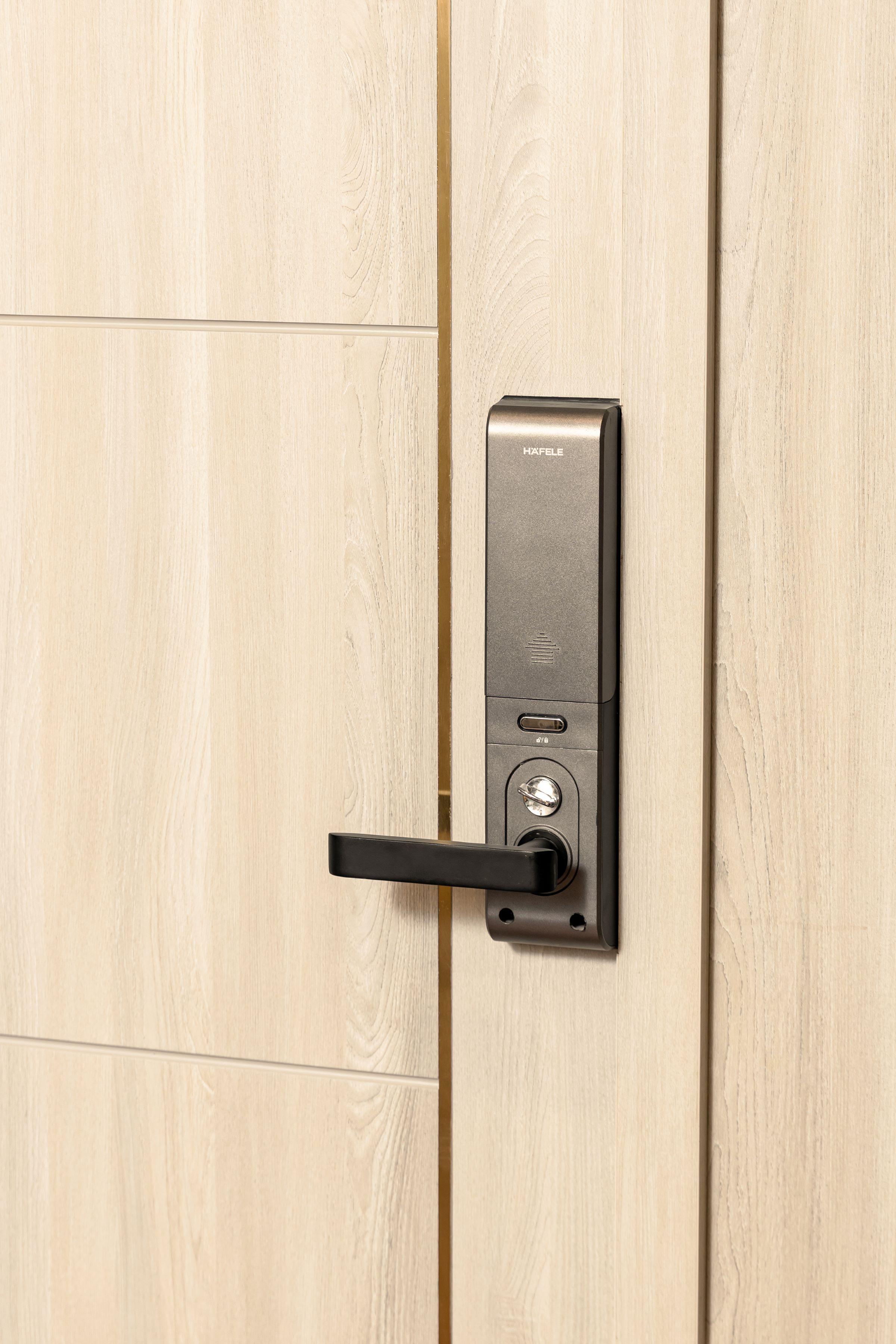 Cửa vào căn hộ mẫu được trang bị khóa thông minh Häfele, thương hiệu nổi tiếng của Đức.