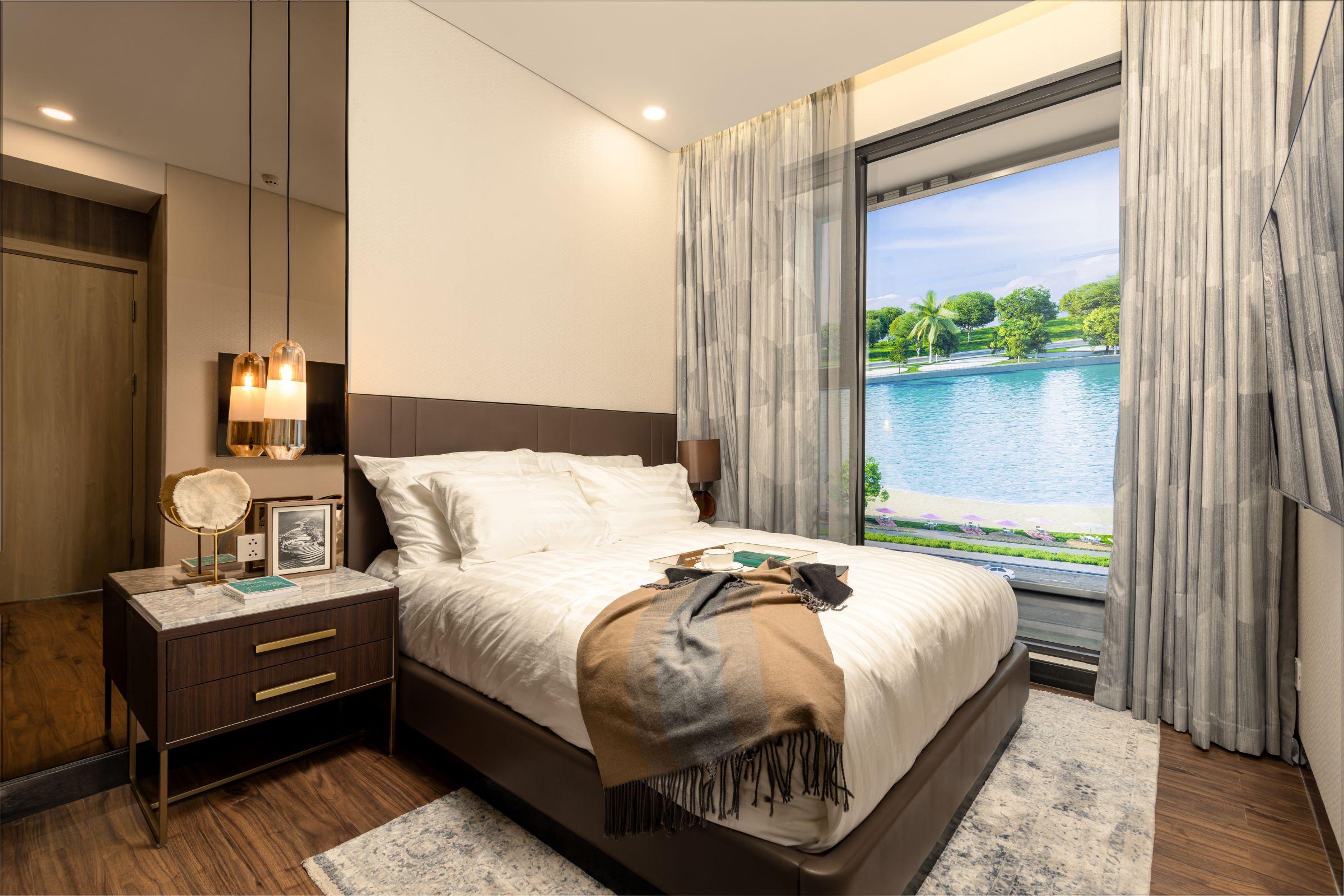 Phòng ngủ được Tange Associates - công ty thiết kế kiến trúc và đô thị hàng đầu Nhật Bản thiết kế với khung cửa kính panorama với tầm nhìn ra hồ cát trắng và công viên trung tâm, mang lại cảm giác thư thái mỗi ngày cho cư dân Masteri West Heights.