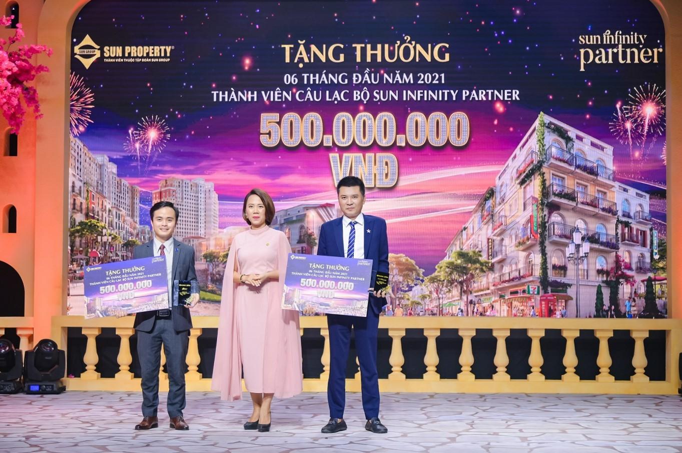 Bà Nguyễn Ngọc Thúy Linh - Phó tổng giám đốc Sun Property (giữa) đại diện Sun Group trao cúp SIP và tặng thưởng cho thành viên CLB Sun Infinity Partner (SIP).
