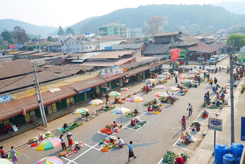 Họp chợ trên đường phố ở Kalaw,Myanmar, tháng 4/2020. Ảnh: The Irrawaddy.