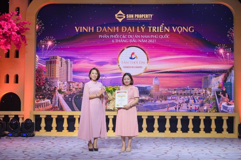 Bà Nguyễn Ngọc Thúy Linh - Phó tổng giám đốc Sun Property (giữa) đại diện Sun Group vinh danh đại lý triển vọng. Ảnh: Sun Group.