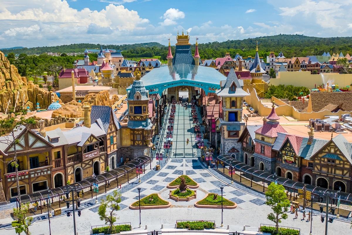 Dự án Shop VinWonders Phú Quốc tại siêu quần thể nghỉ dưỡng – mua sắm – vui chơi giải trí không ngủ Phú Quốc United Center bao gồm 3 phân khu thương mại được thiết kế theo phong cách Châu Âu Trung cổ. Ảnh: Vingroup.