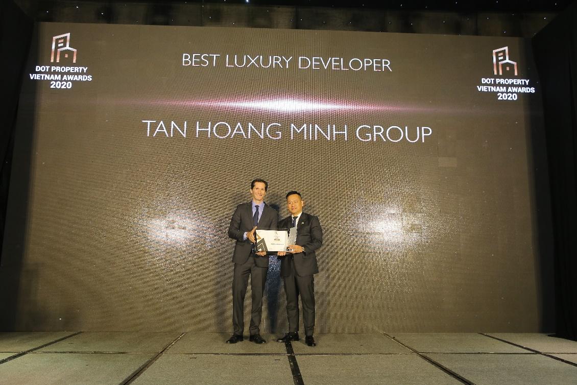 Đại diện Tân Hoàng Minh nhận giải Nhà phát triển bất động sản cao cấp tốt nhất Việt Nam 2020.