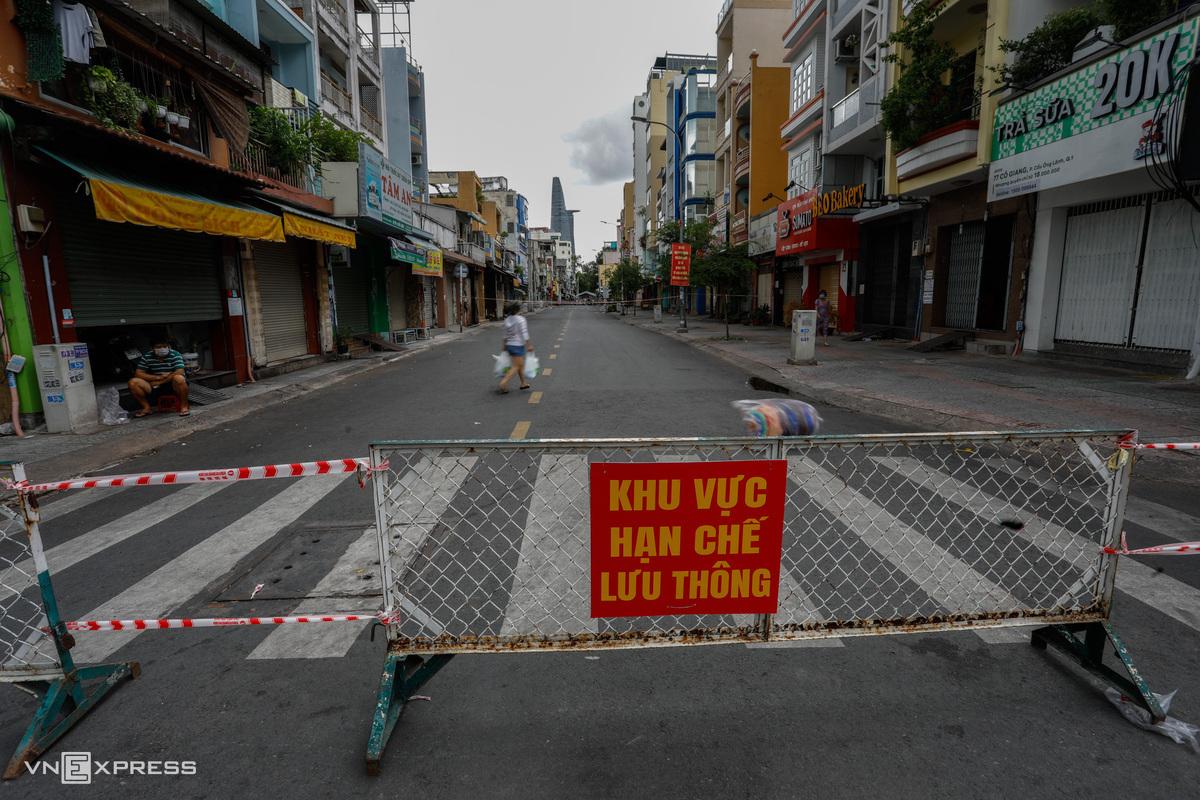 Một đoạn đường Cô Giang (quận 1, TP HCM ) lập rào chắn để hạn chế người và xe vào tháng 7/2021. Ảnh: Hữu Khoa.