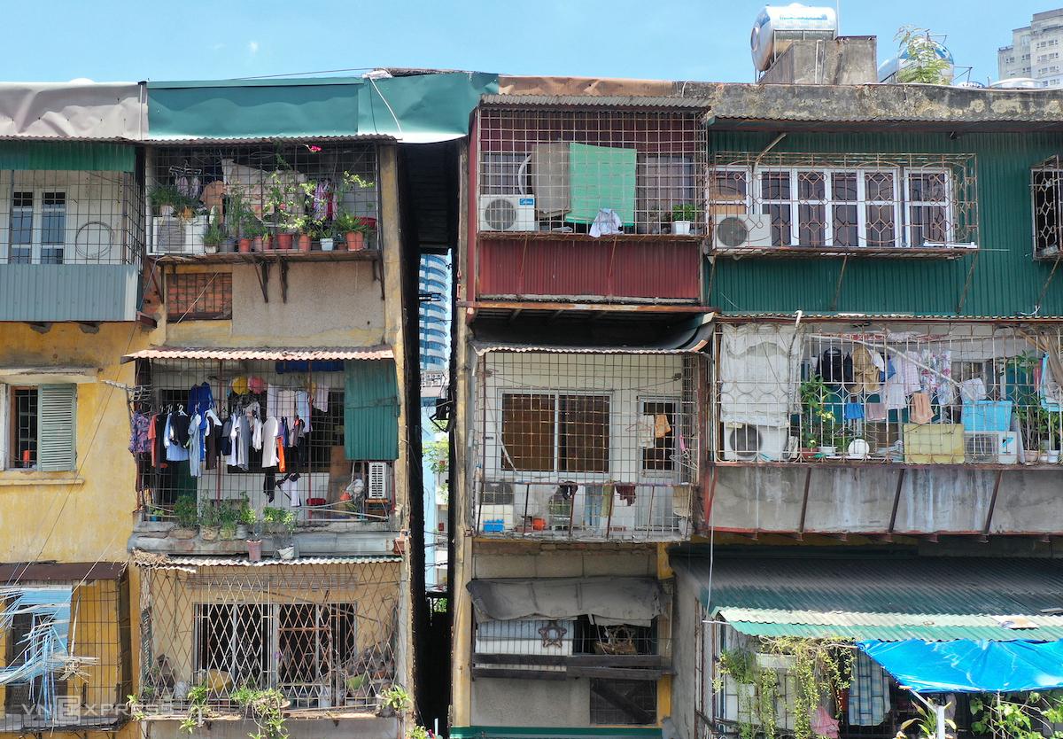 Khu nhà G6A nằm trên mặt đường Nguyên Hồng, phường Thành Công, quận Ba Đình, xuống cấp nghiêm trọng. Ảnh: Ngọc Thành