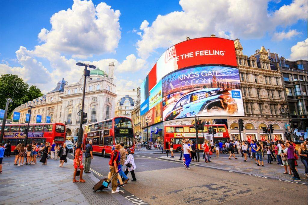 Phố mua sắm sầm uất West End, London nằm cạnh quảng trường Trafalgar và Leicester luôn nhộn nhịp du khách từ khắp nơi trên thế giới. Ảnh: Pinterest.