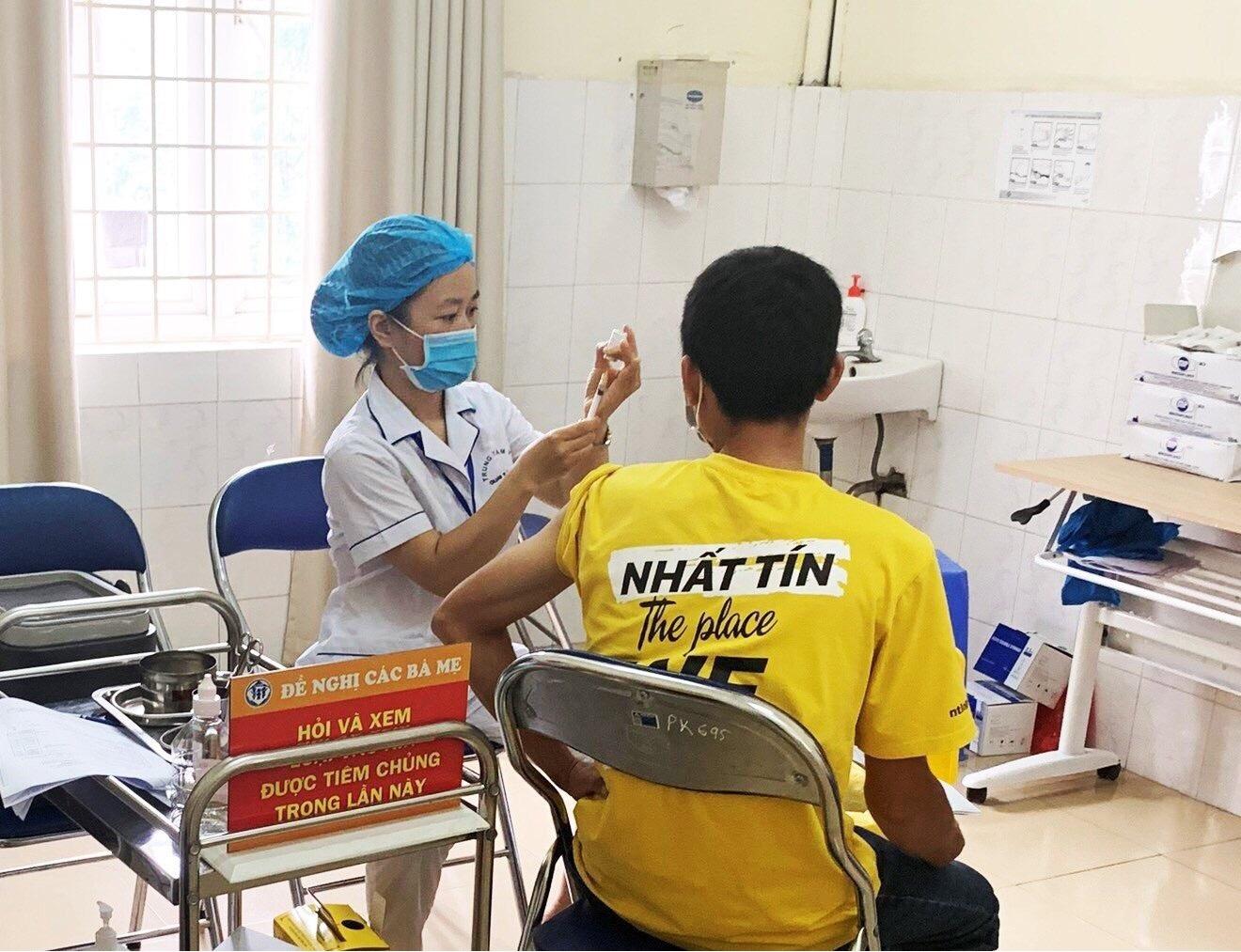 Bước đầu có hơn 500 nhân viên làm việc trong kho, giao nhận và tài xế đã được tiêm vắc-xin chống Covid-19 để đảm bảo sức khỏe tốt nhất phục vụ khách hàng.