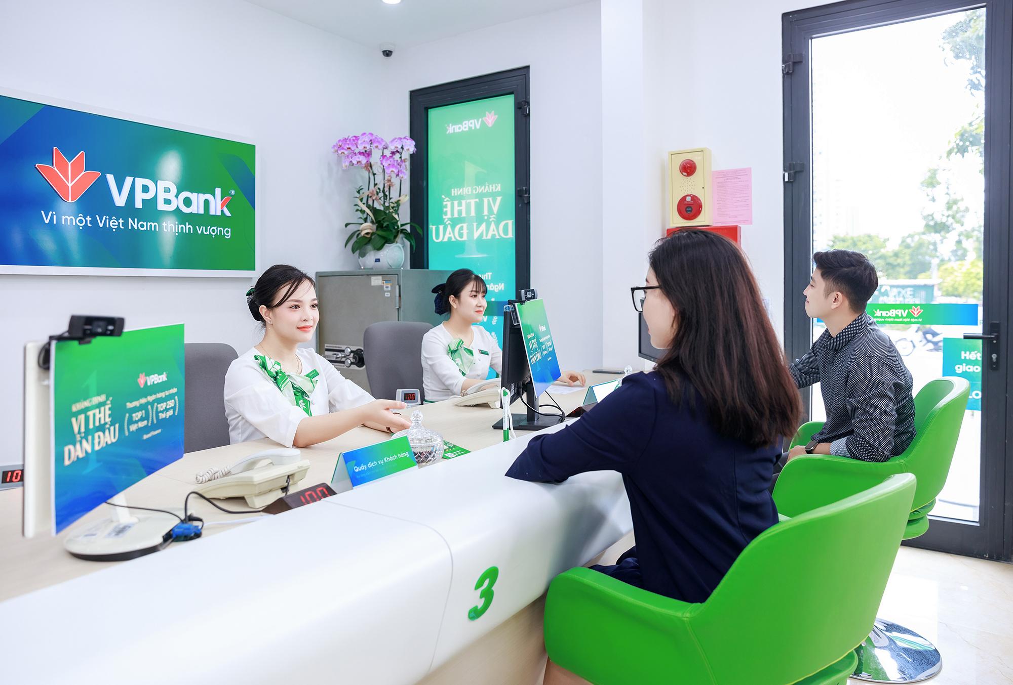Khách hàng tới giao dịch tại một chi nhánh VPBank. Ảnh: VPBank