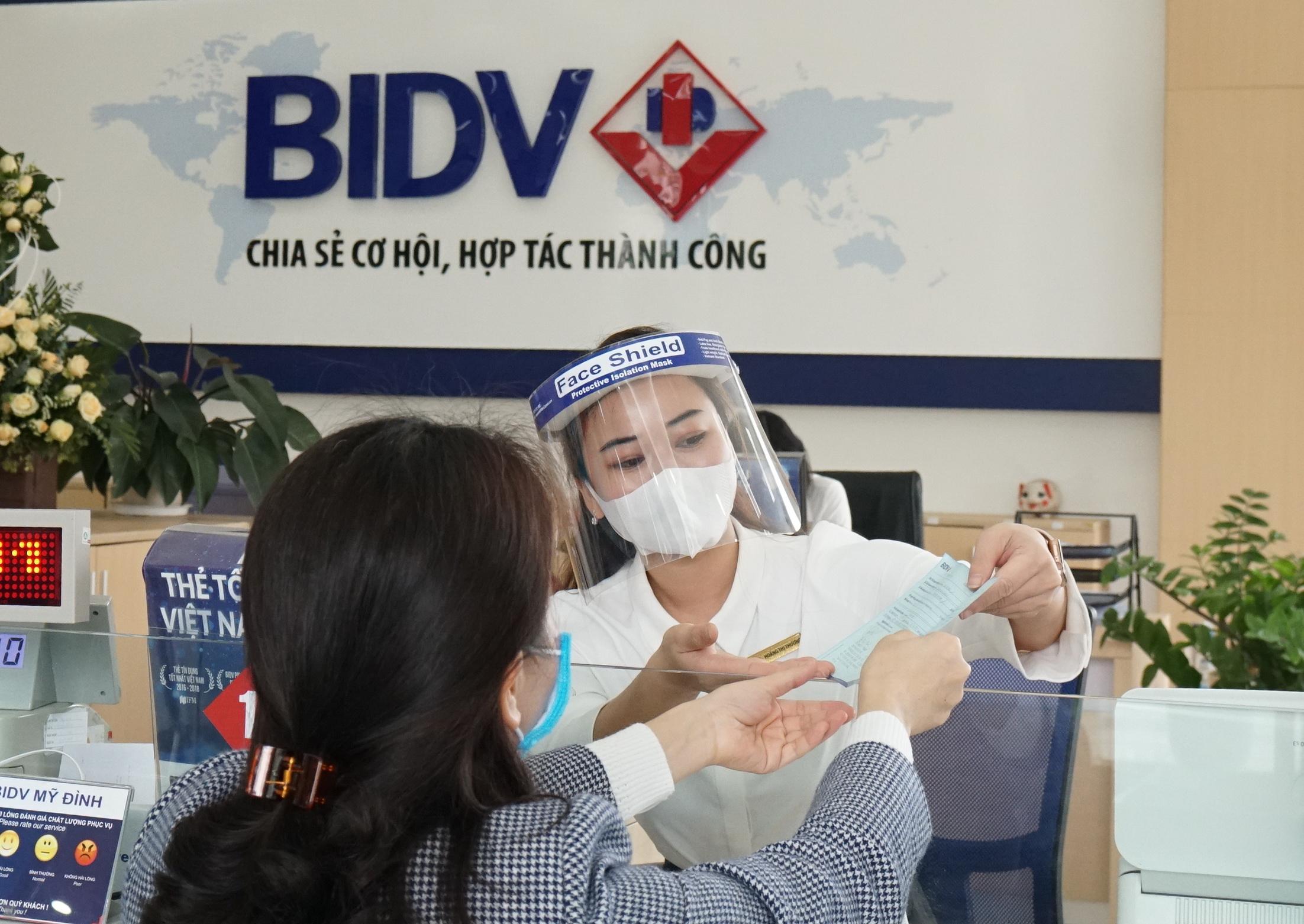 Nhân viên BIDV hướng dẫn khách hàng tới giáo dịch. Ảnh: BIDV