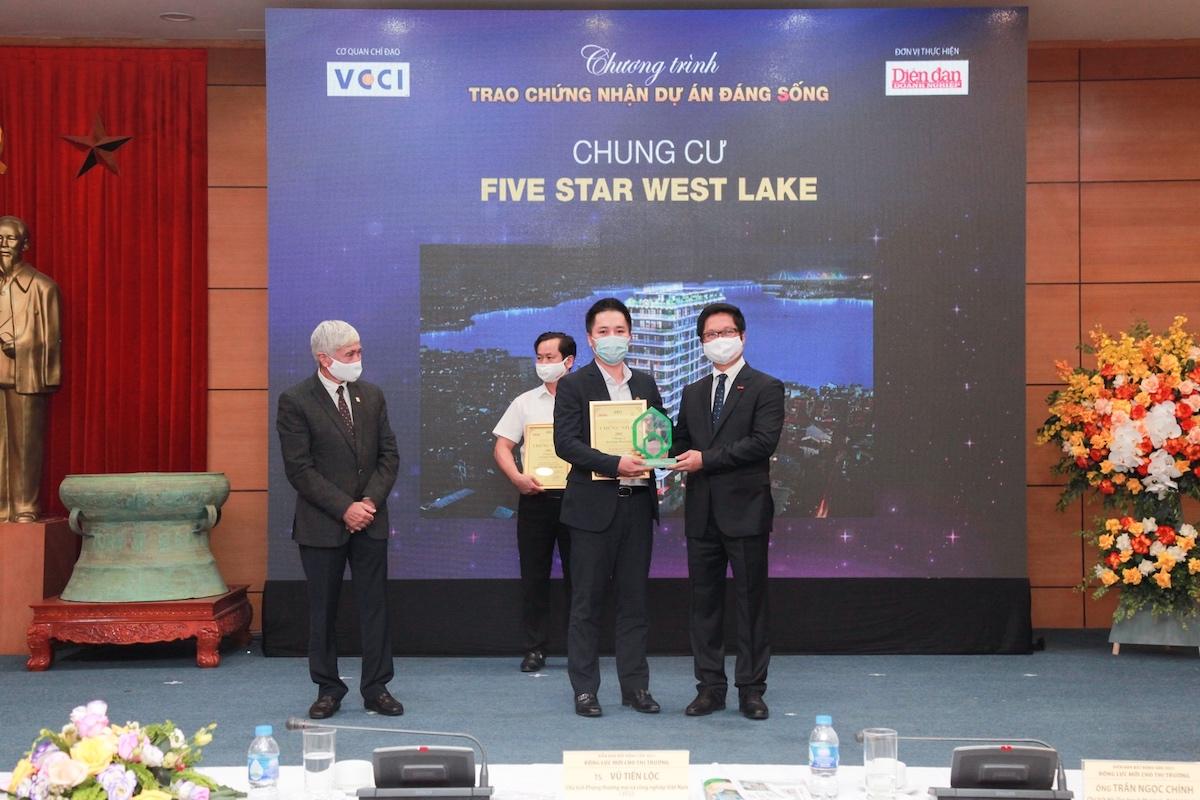 Đại diện Tập đoàn GFS nhận chứng nhận Dự án đáng sống và kỷ niệm chương từ Phòng Thương mại và Công nghiệp Việt Nam (VCCI) - cơ quan chỉ đạo chương trình.