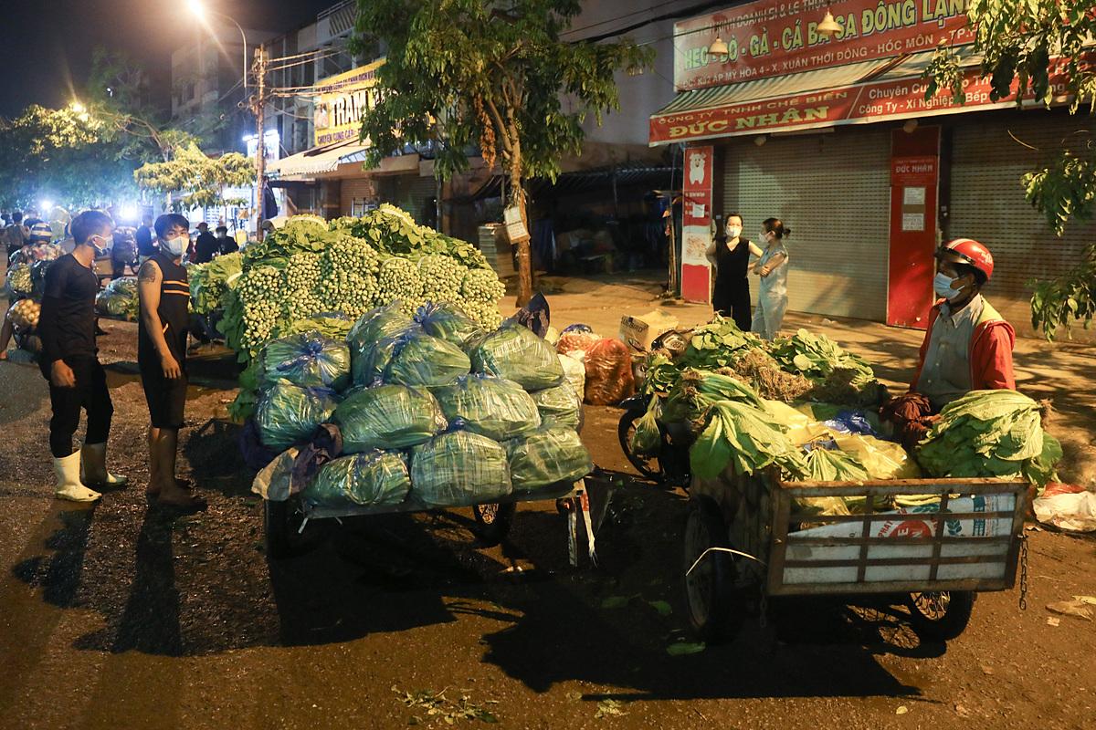 Tiểu thương đầu mối Hóc Môn trước giờ đóng cửa chợ. Ảnh: Quỳnh Trần.