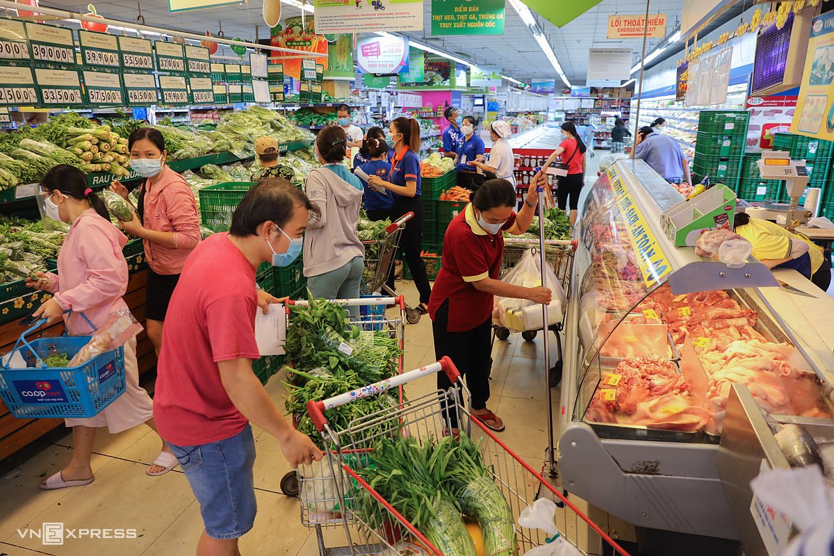 Người dân TP HCM đi siêu thị mua rau, củ, thực phẩm trước thời điểm thành phố thực hiện Chỉ thị 16. Ảnh: Quỳnh Trần