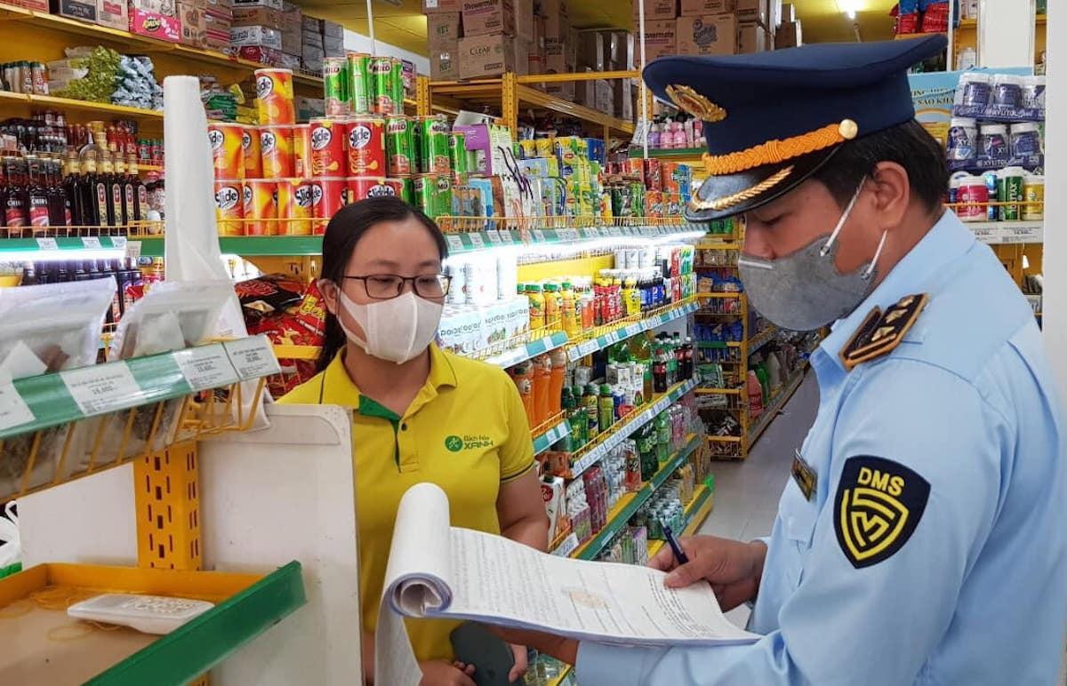 Quản lý thị trường Sóc Trăng kiểm tra, xử phạt cửa hàng Bách Hoá Xanh tại TP Sóc Trăng. Ảnh: Quản lý thị trường Sóc Trăng