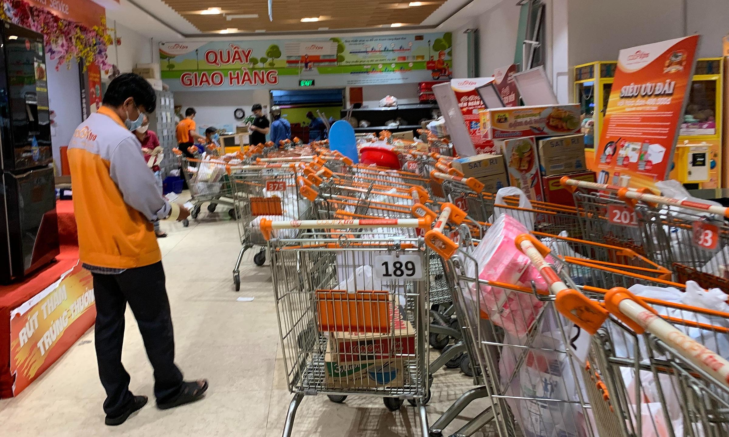 Giỏ đơn hàng xếp hàng loạt chờ giao tại siêu thị Co,op Extra Vạn Hạnh Mall (quận 10, TP HCM) chiều ngày 7/7. Ảnh: Viễn Thông