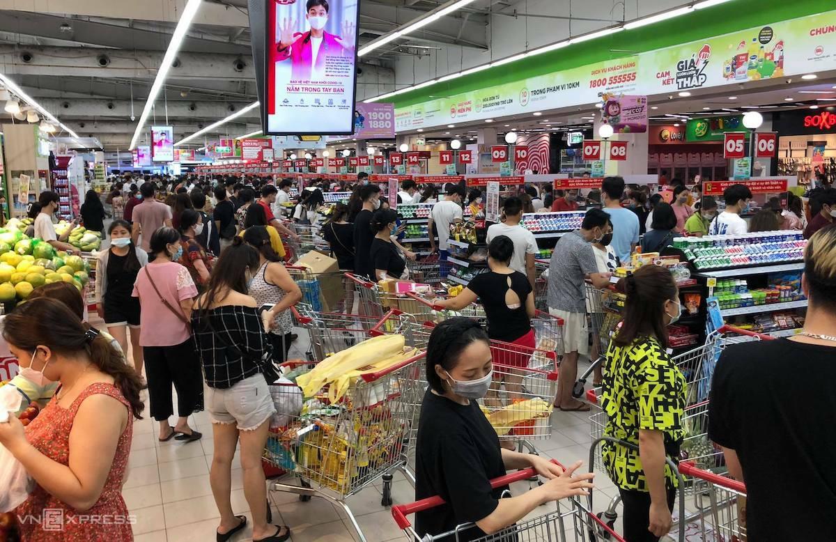 Người dân mua hàng đông đúc tại siêu thị BigC Thăng Long (Hà Nội) tối 18/7. Ảnh: Anh Tú