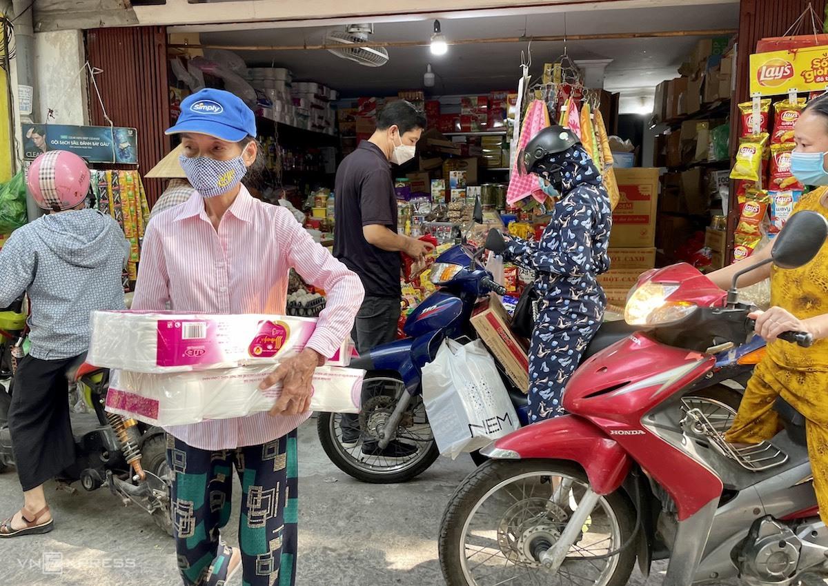 Nhiều người tới các cửa hàng tiện ích mua giấy vệ sinh, mì tôm. Ảnh: Quỳnh Trang