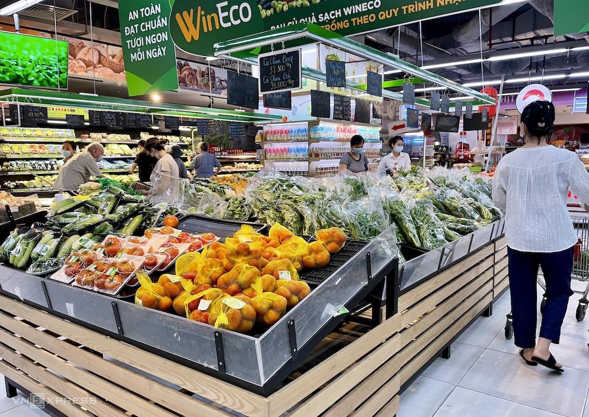 Rau, củ quả đầy ắp trên các kệ siêu thị vào sáng 19/7. Ảnh: Quỳnh Trang