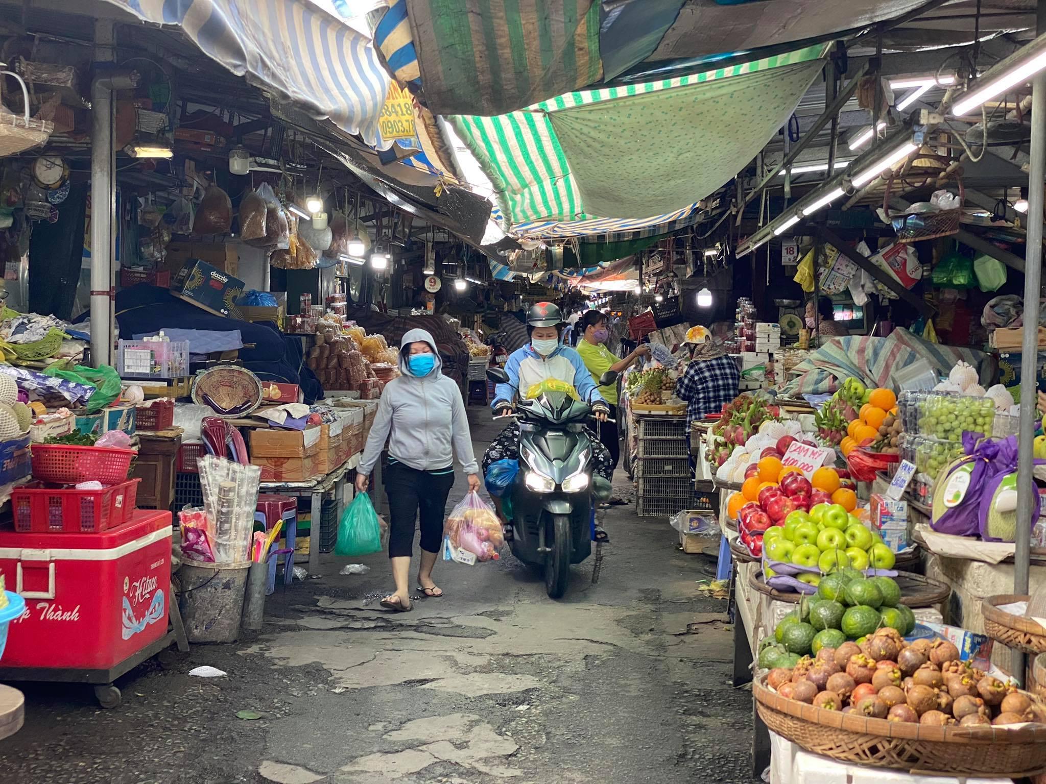 Người ra vào chợ Bà Chiểu (Bình Thạnh) khá vắng vẻ trong sáng 20/7. Ảnh: Tất Đạt.