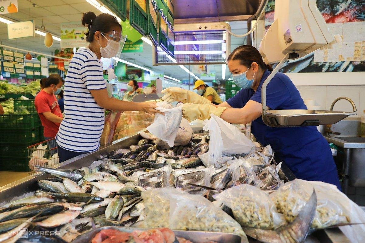 Người dân TP HCM đi siêu thị mua thực phẩm trong thời gian thành phố này thực hiện giãn cách xã hội. Ảnh: Quỳnh Trần