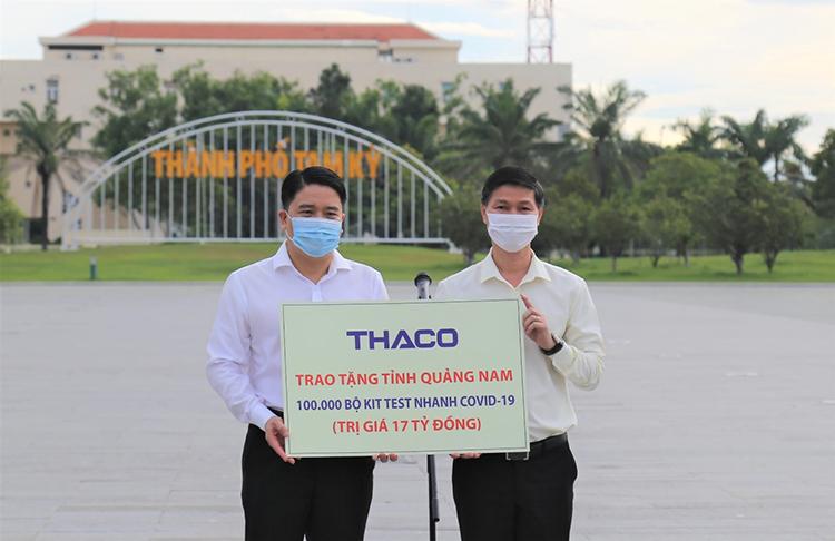 Ông Trần Văn Tân, Phó Chủ tịch UBND tỉnh Quảng Nam (áo trắng) và ông Nguyễn Quang Bảo, Tổng Giám đốc Thaco Auto tại buổi trao tặng.