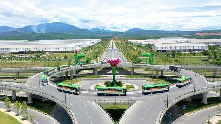 Dàn xe bus của Thaco đưa người dân Quảng Nam về quê tại Khu công nghiệp Chu Lai.
