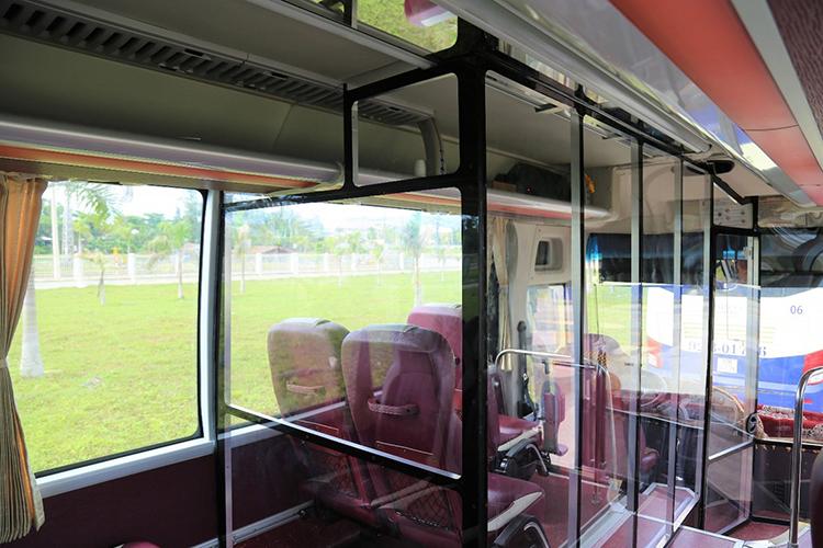 Vách ngăn được lắp đặt trên xe nhằm đảm bảo an toàn phòng dịch.