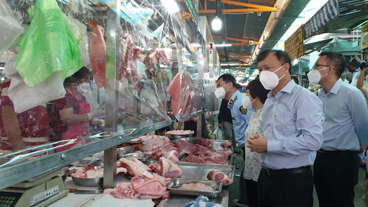 Ông Đỗ Thắng Hải - Thứ trưởng Công Thương kiểm tra một số chợ truyền thống tại TP HCM, ngày 21/7. Ảnh: Bộ Công Thương