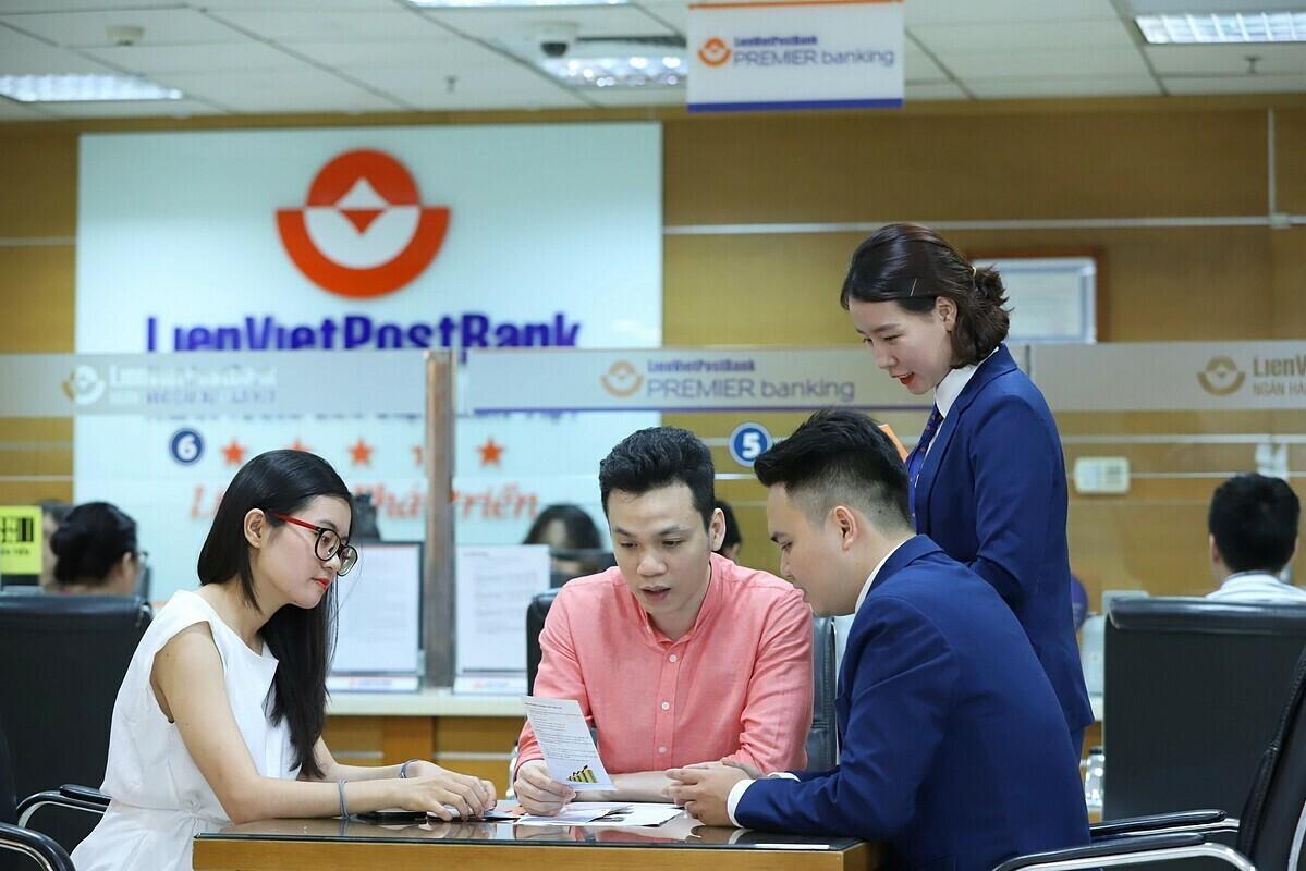 Nhân viên LienVietPostBank đang tư vấn về dịch vụ thẻ cho khách hàng. Ảnh: LPB.