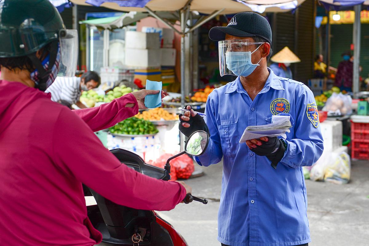Đi chợ bằng thẻ tại chợ Bình Thới. Ảnh: Quỳnh Trần.
