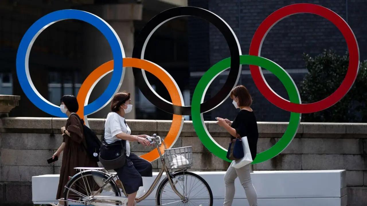 Biểu tượng Olympic trang trí trên đường phố Tokyo. Ảnh: Fox.