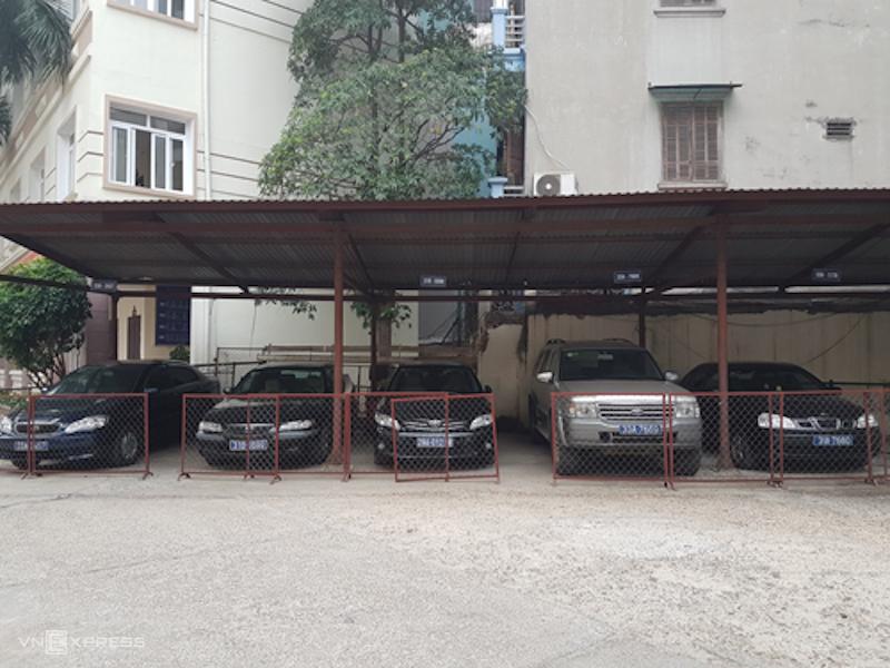 Xe biển xanh của Sở Lao động, Thương binh và Xã hội Hà Nội được niêm phong chờ phương án xử lý khi đơn vị này thực hiện thí điểm khoán xe công từ 1/3/2017. Ảnh:Võ Hải.