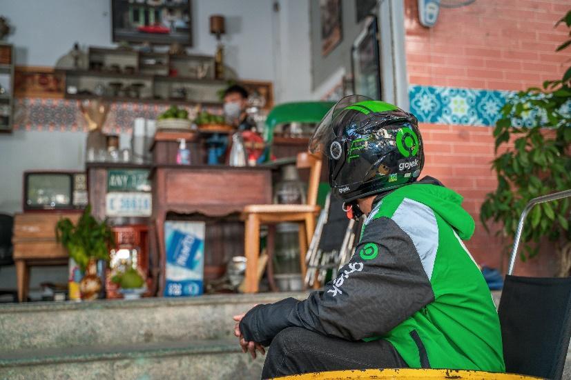 Nhiều hàng quán bố trí chỗ ngồi với khoảng cách an toàn cho nhân viên Gojek đến mua hàng trong mùa dịch.