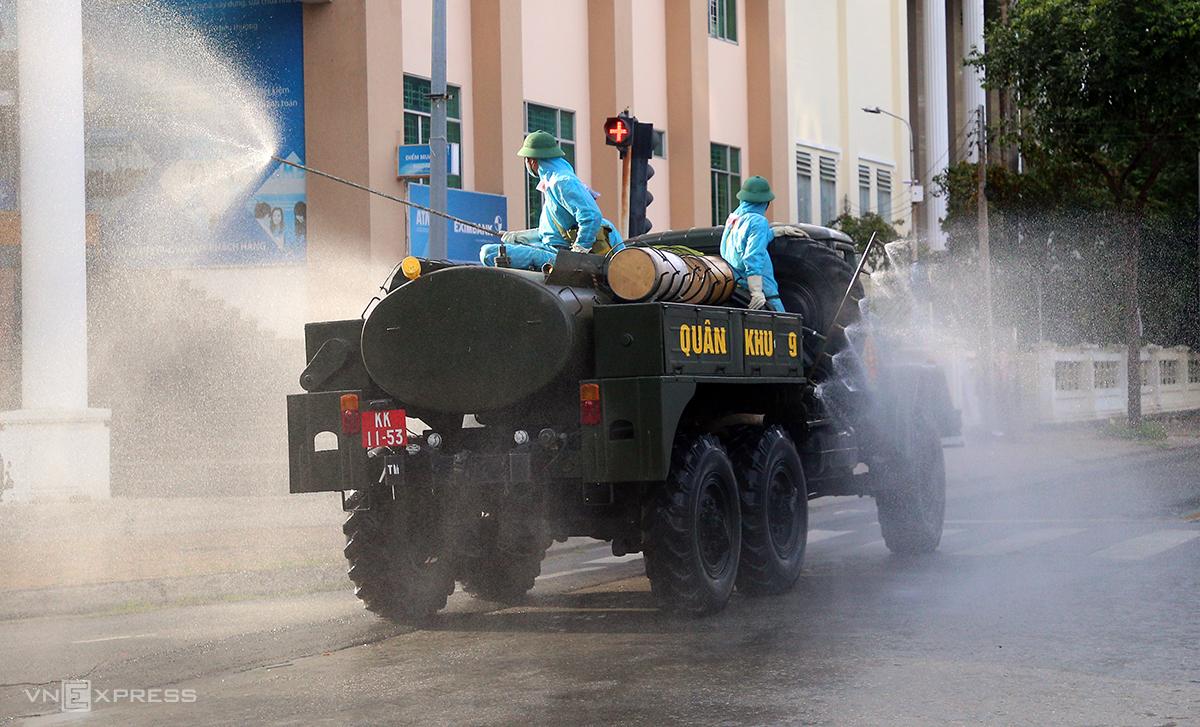 Xe đặc chủng phun hoá chất trên đường Phan Đình Phùng, quận Ninh Kiều (Cần Thơ). Ảnh:Cửu Long