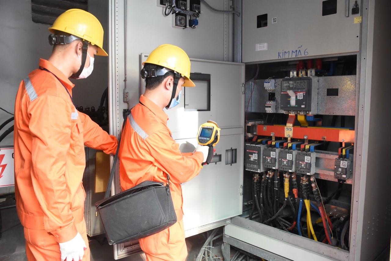 Nhân viên EVNHANOI kiểm tra tủ điện cho khách hàng.