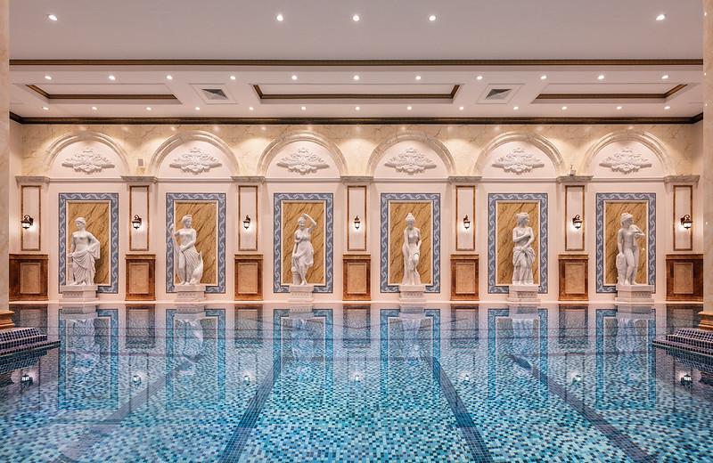 D'. Palais Louis sở hữu cụm bể bơi bốn mùa trên độ cao 120m tại tầng mái tòa nhà.