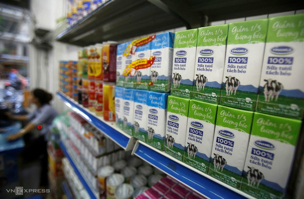 Sản phẩm sữa tươi trên kệ quầy một cửa hàng tiện lợi ở Hà Nội. Ảnh: Tuấn Đàm