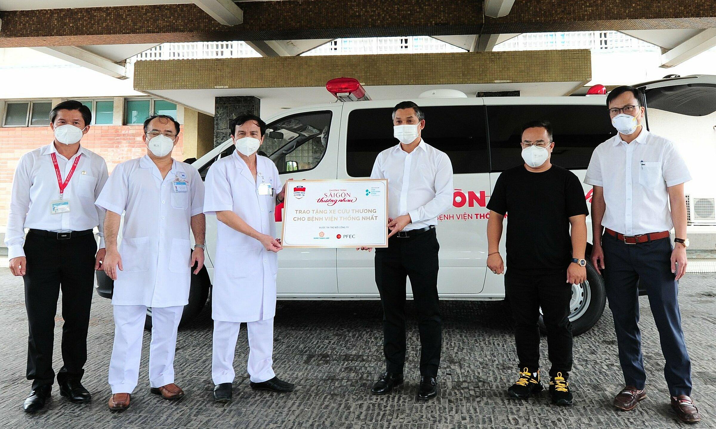 Ông Nguyễn Văn Cường - Phó Chủ tịch Tập đoàn Hưng Thịnh (thứ ba từ phải sang) cùng đại diện các nhà tài trợ trao tặng một xe cứu thương cho Bệnh viện Thống Nhất. Ảnh: Tập đoàn Hưng Thịnh.