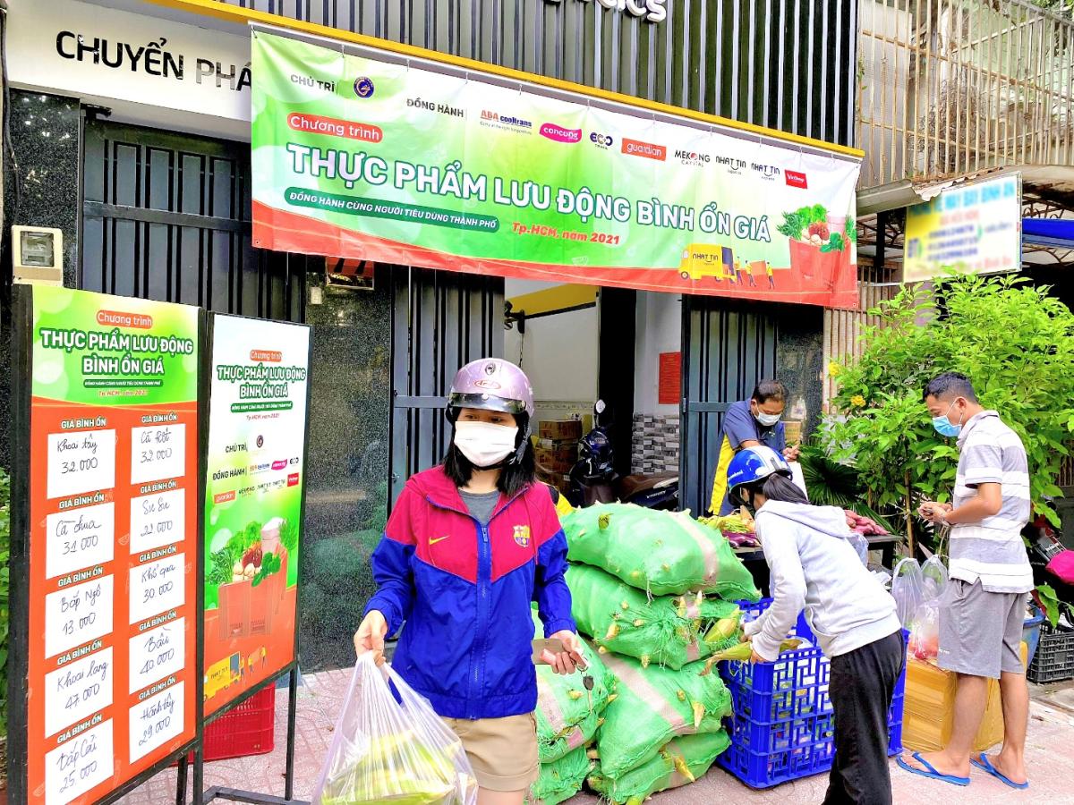 Người dân đến mua hàng rau củ quả giá bình ổn tại bưu cục Nhất Tín Logistics.