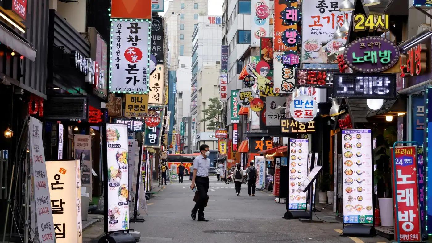 Một con phố ẩm thực ở Seoul vắng lặng trong tháng 7 vì quy định giãn cách xã hội. Ảnh: Reuters.