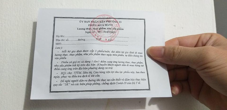 Phiếu đi chợ phát cho người dân ở phường 13, quận Gò Vấp. Ảnh: Thi Hà.