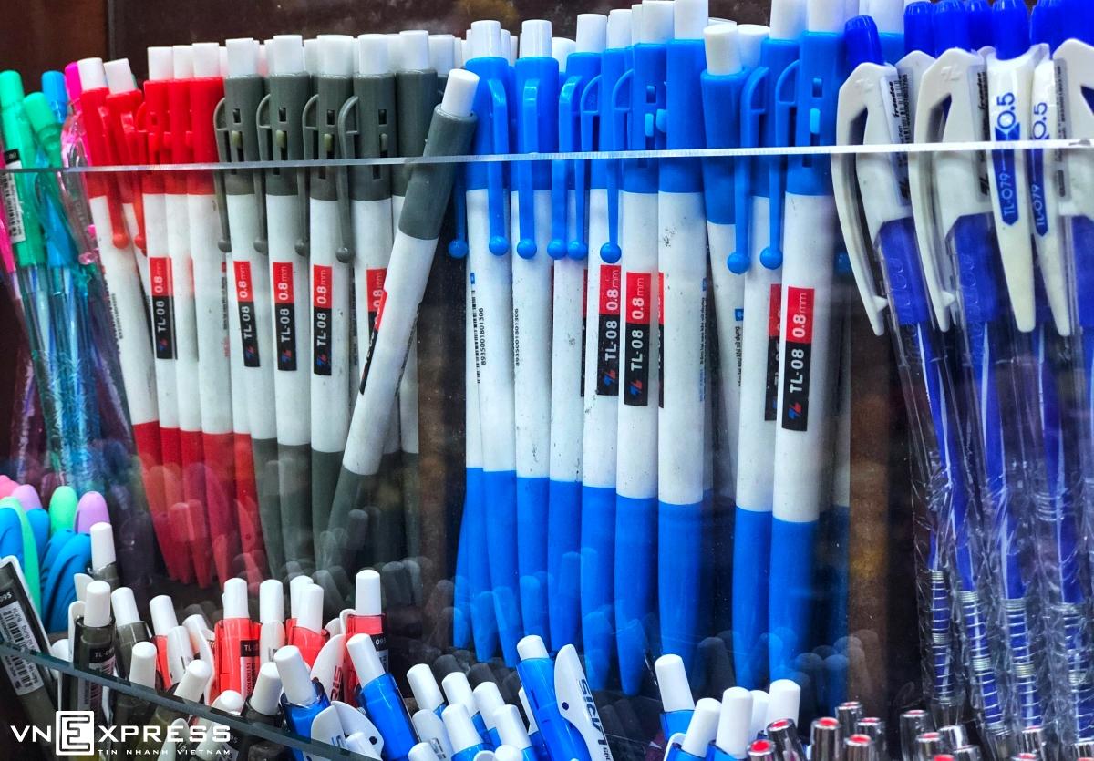 Bút bi Thiên Long trên kệ hàng ở siêu thị VinMart. Ảnh: Quỳnh Trần.