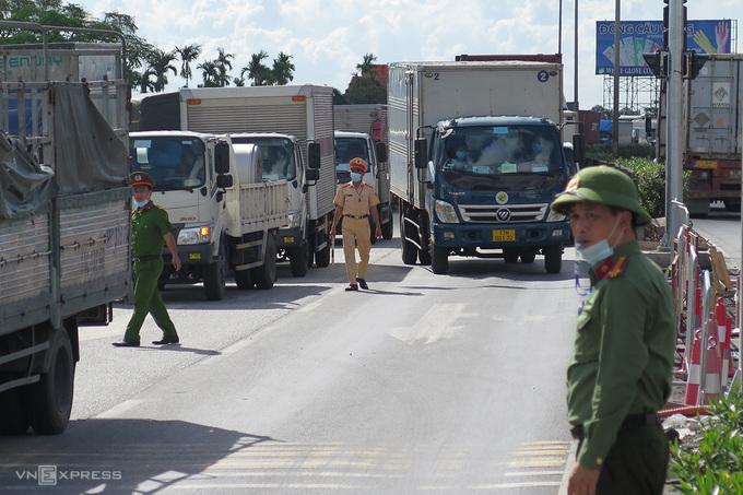 Chốt kiểm soát Covid-19 trên quốc lộ 5, cửa ngõ vào TP Hải Phòng. Ảnh:Giang Chinh.