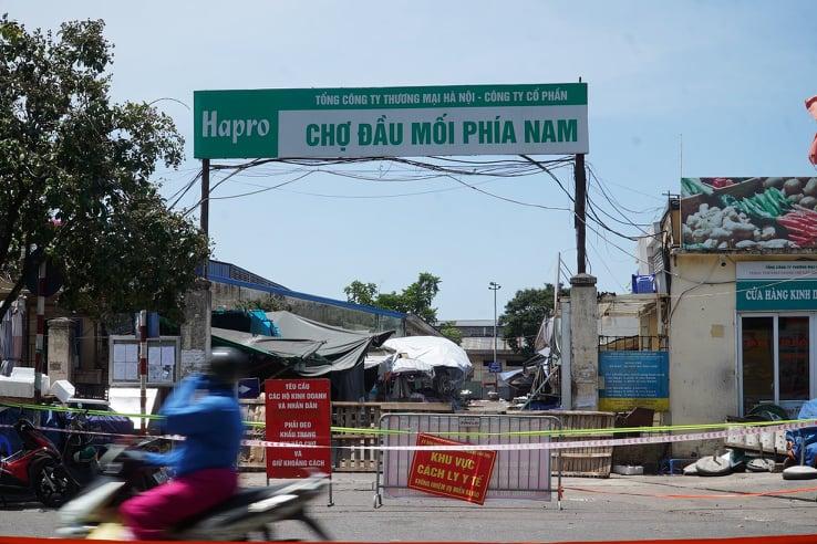 Chợ đầu mối phía Nam ở Hà Nội bị phong toả. Ảnh: Tất Định.