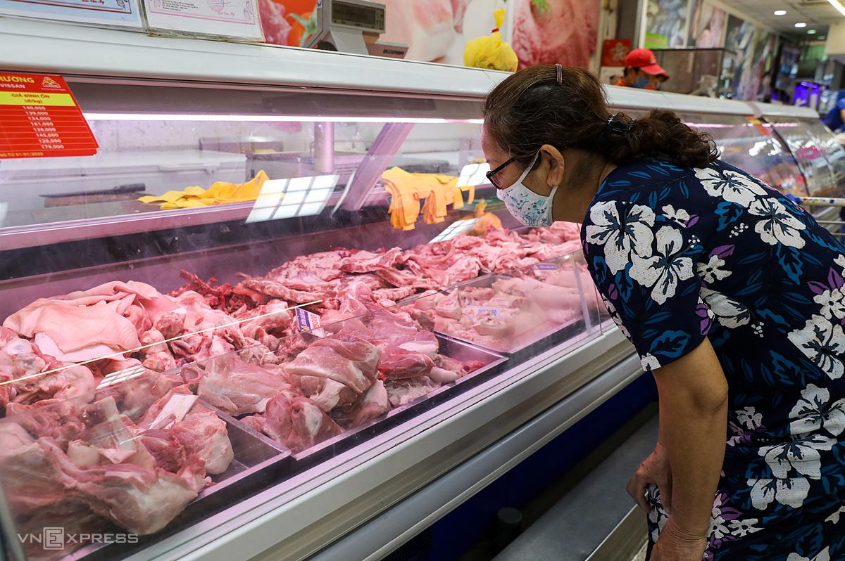 Người dân mua thịt heo tại Co.opmart. Ảnh: Quỳnh Trần.