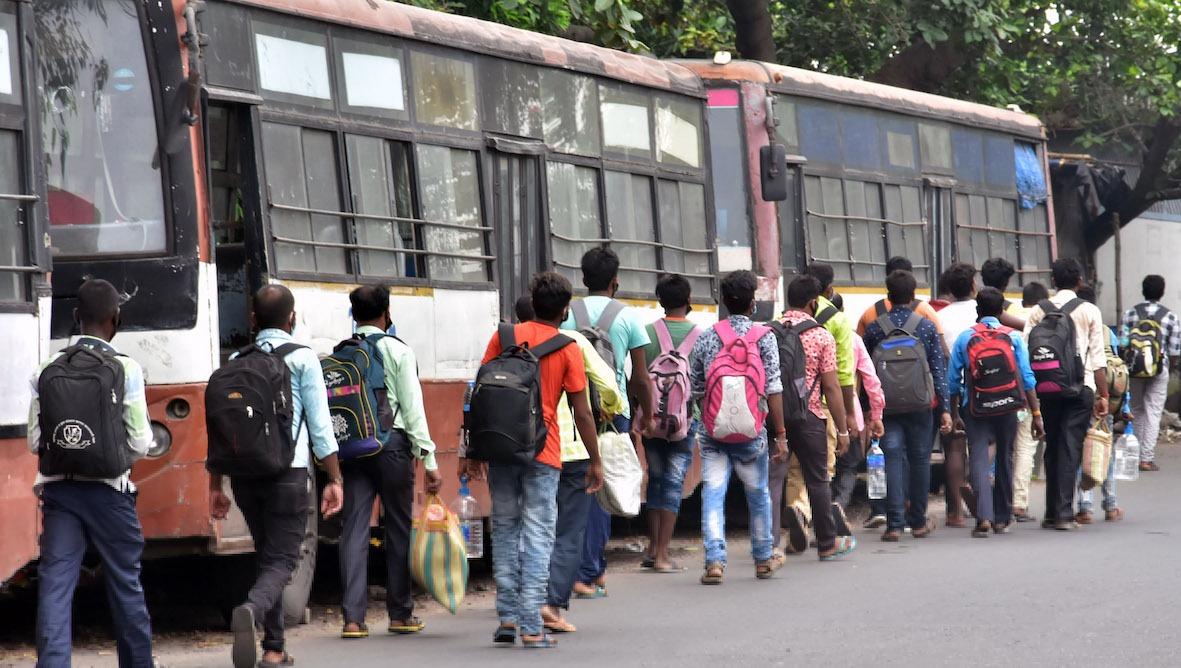 Lao động nhập cư phải tự đi bộ về nhà tại Kolkata, Ấn Độ, do không có phương tiện di chuyển hỗ trợ từ nhà tuyển dụng. Ảnh: ANI.